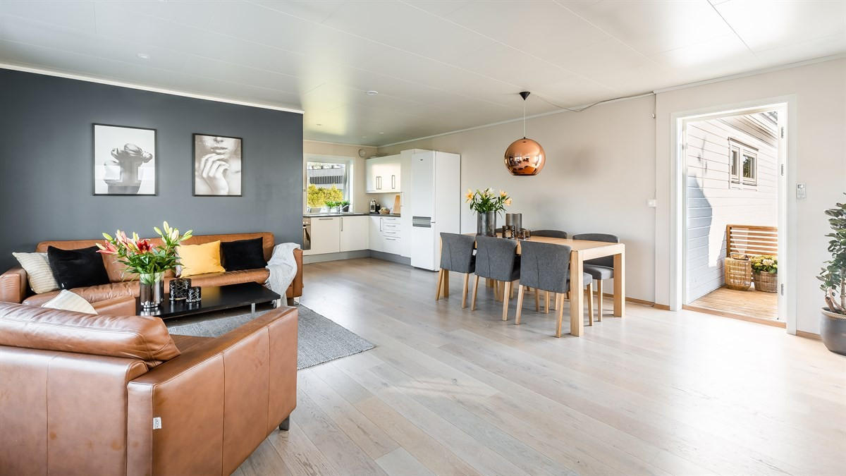 Lys og moderne stue/kjøkken med store vinduer og masse lysinnslipp