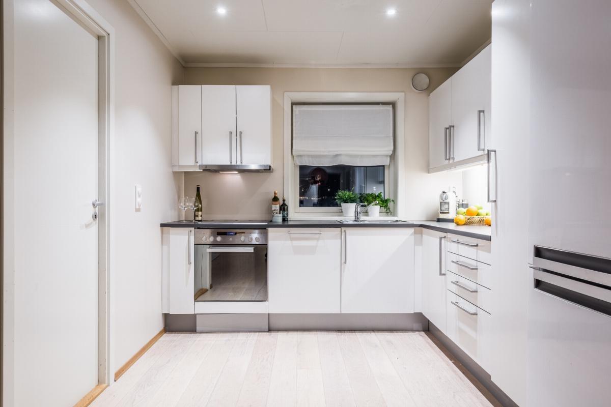 Moderne kjøkken med utsikt mot vest