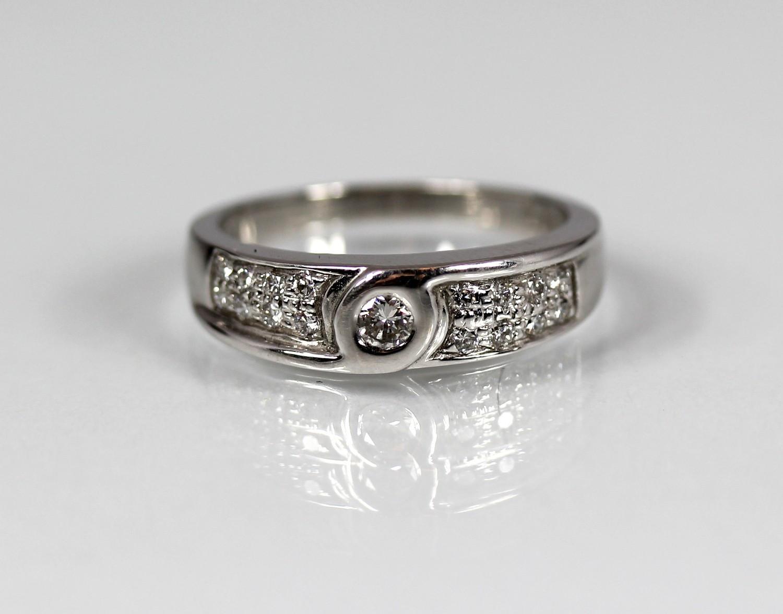 a6fb384a Nr 1: Veldig pen ring, ny fra fabrikk! 14 karat hvitt gull 1 diamant på 0,14  ct og 16 diamanter på 0,25 ct. Kvalitet: Wesselton/ VVS-VS Ringstr: 57  Vekt: 5 ...