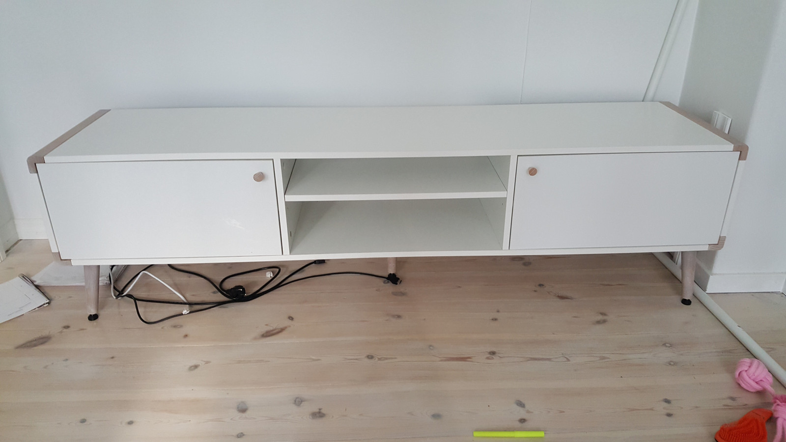 Kjempebra Retro TV-benk. To skapdører og hyller. Fra Skeidar | FINN.no IN-62