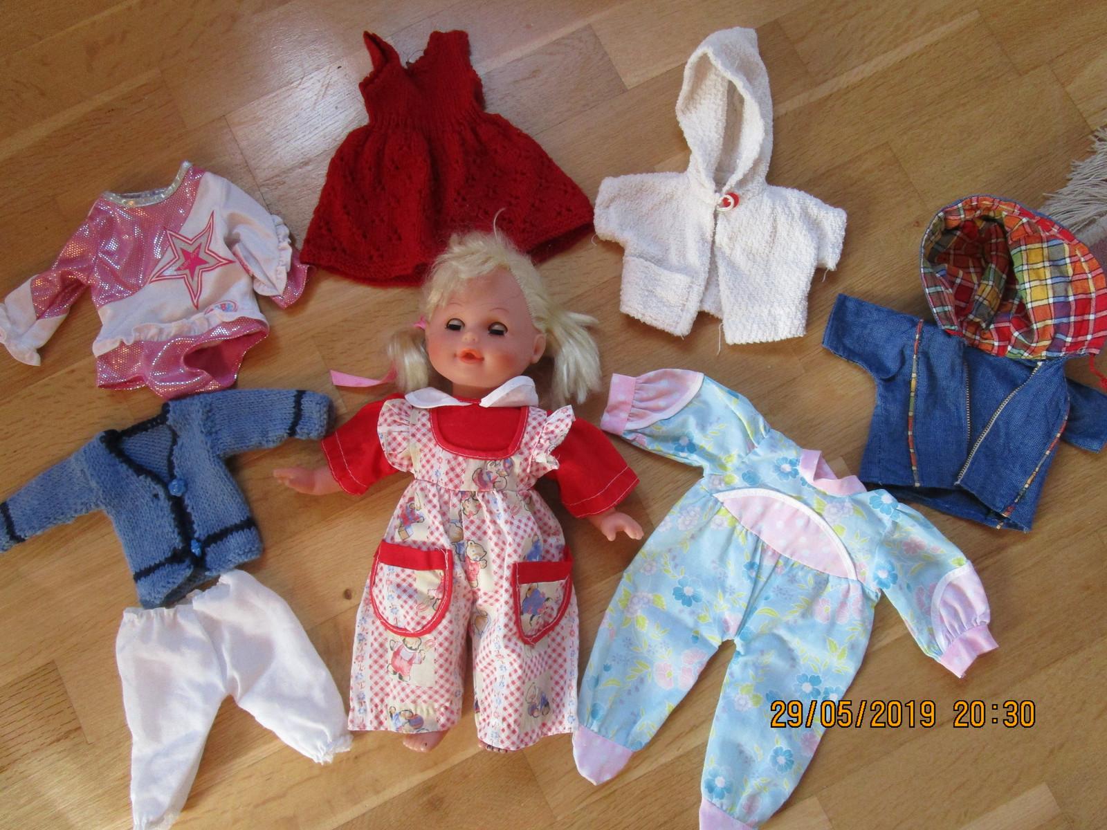 71705224 Dukken er 33 cm. høy, og har kropp av stoff. Selges med klær for kr. 100 (2/ 5)