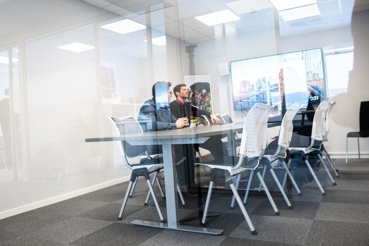 Lyse og moderne møterom i aktivt kontorfellesskap