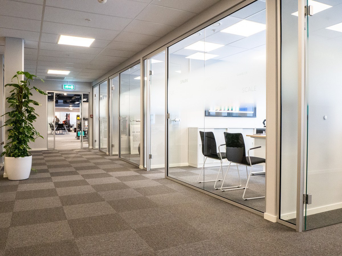 Åpne og lyse fellesarealer mellom kontor/møterom