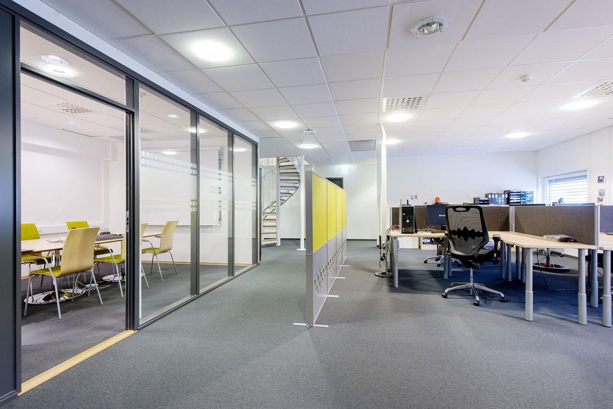 Åpent kontorfellesskap/møterom 1. etg / innevndig trapp mellom 1. og 2. etg
