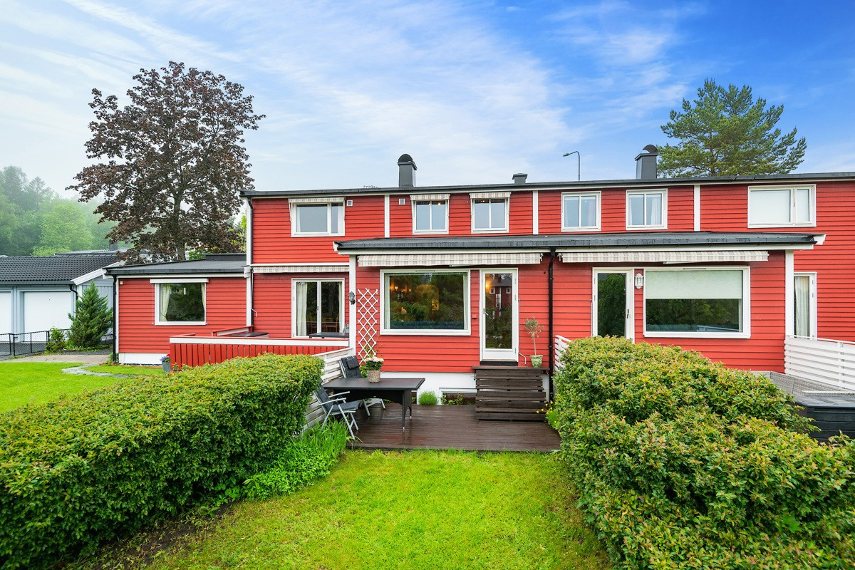 Velkommen til Nadderudveien 123B - Stort og romslig rekkehus over tre plan med solrik hage -  Presentert av Holmen-Jensen og Gunnerud v/ Privatmegleren