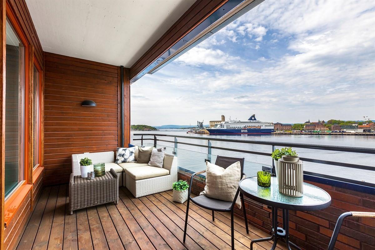 Utsikten strekker seg godt utover fjorden der danmarksbåtene passerer...