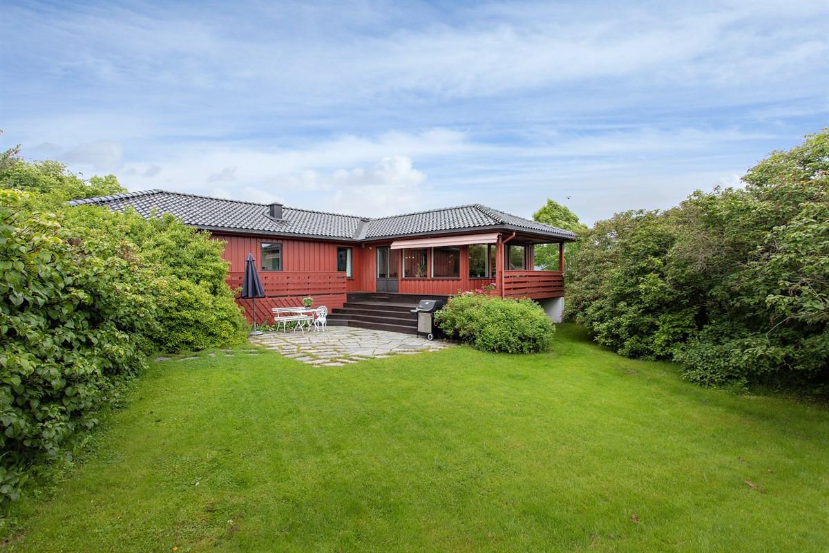 Privatmeglerende v/ Aage og Stian har gleden av presentere denne innholdsrike, familievennlige eneboligen beliggende på Østerås