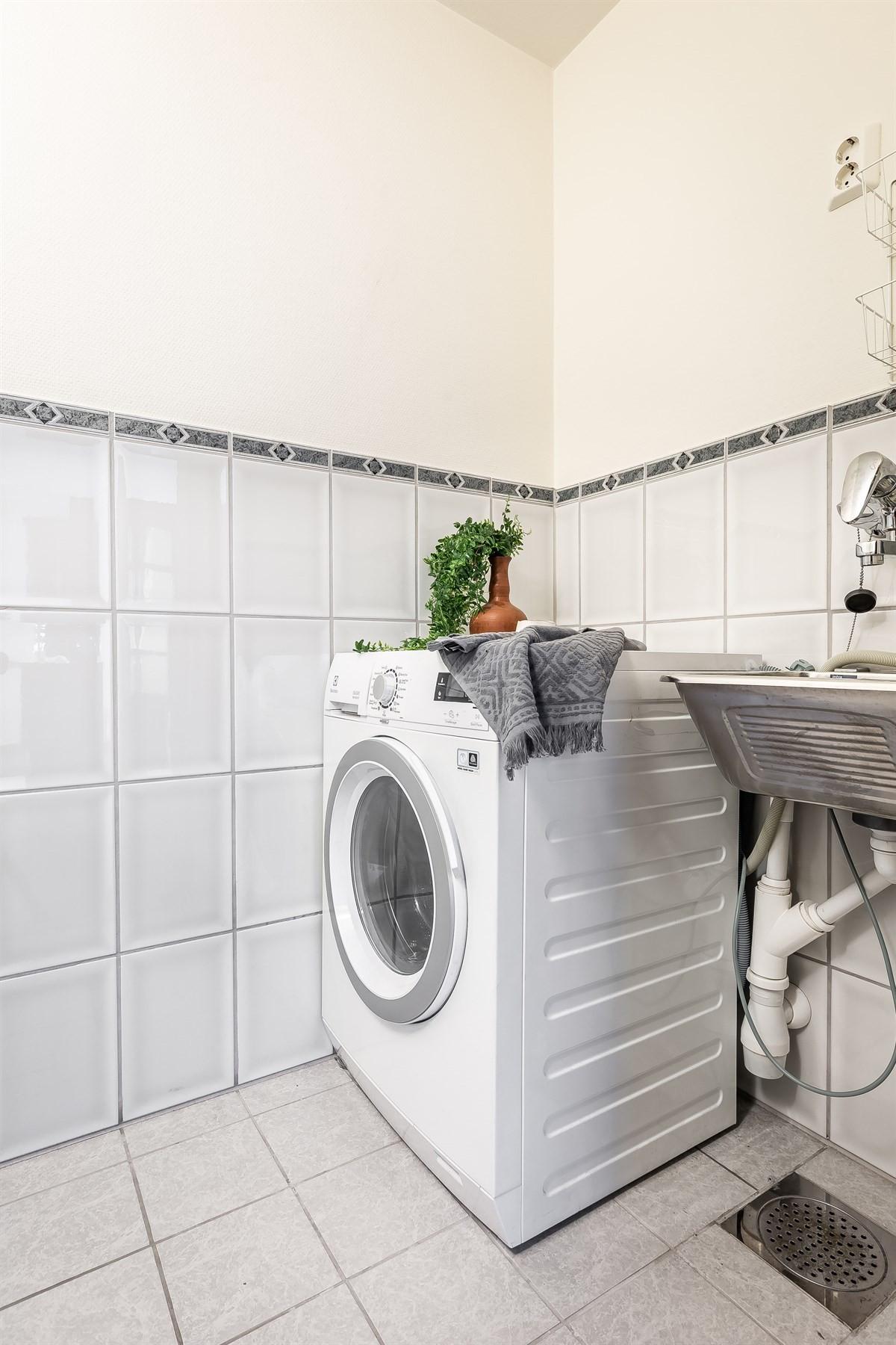 Her er det god plass til vask/tørk og øvrig oppbevaring