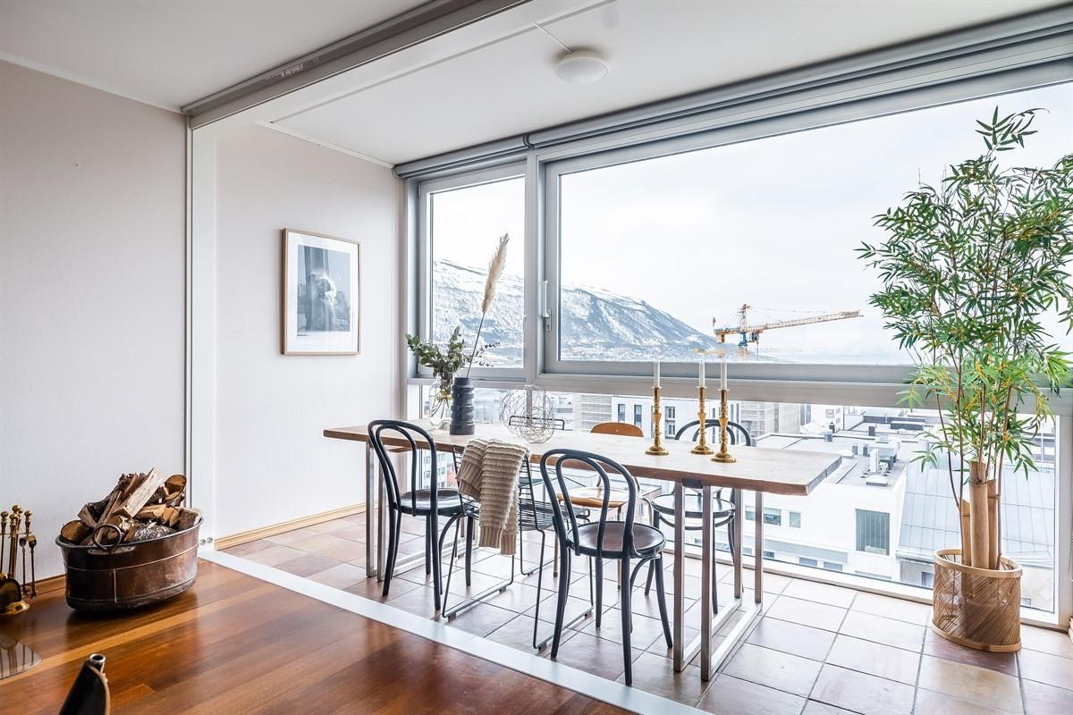 Det har tidligere vært en vinterhage mot sør, men nåværende eier har åpnet opp for å trekke utsikten inn i stuen.