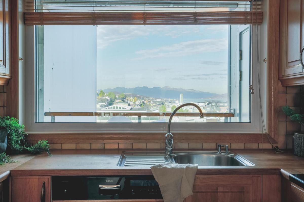 Fra kjøkkenet er det flott utsikt mot nord.