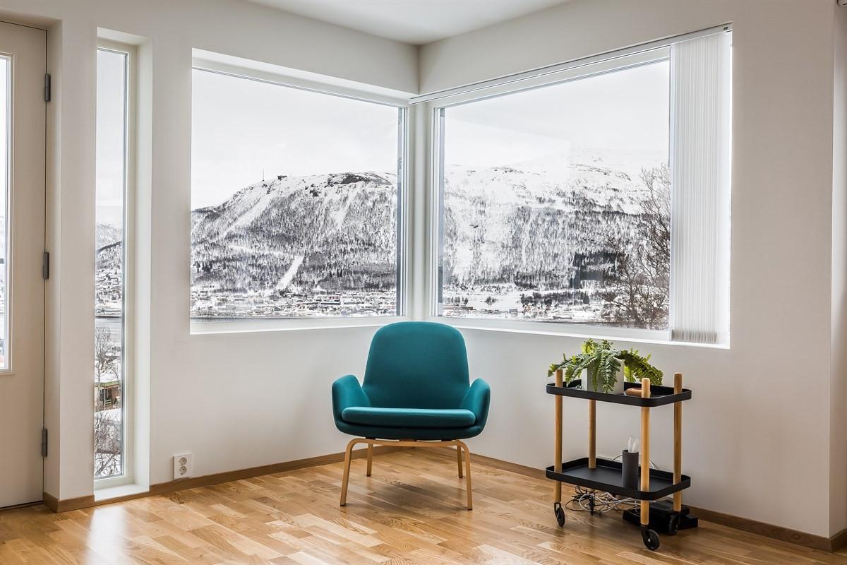 Stue med nydelig utsikt mot fastlandet og innseilingen til Tromsøby