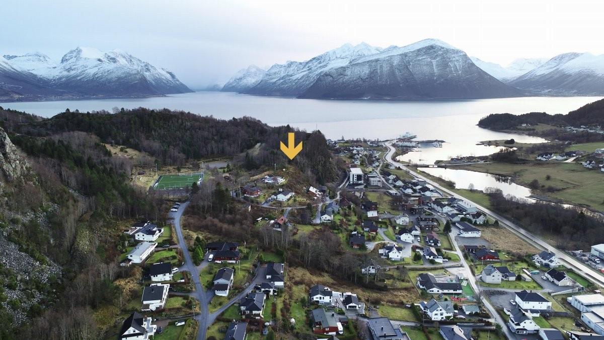 Tomten har usjenert beliggenhet i dette etablerte boligfeltet ved Sundsmyra i Leirvågen.