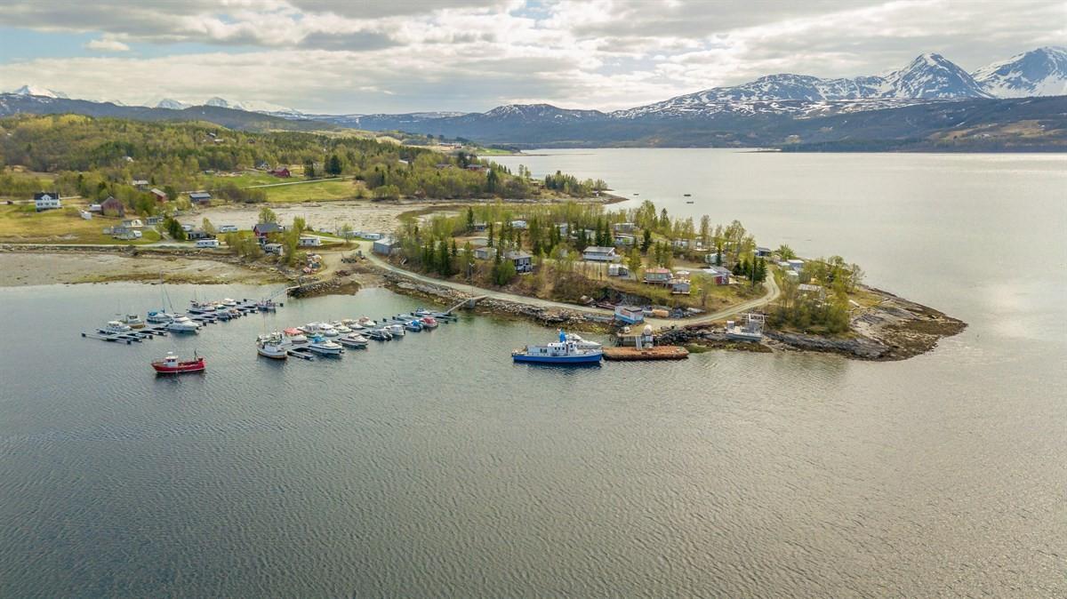 Utsikt over området med båthavn og campingplass