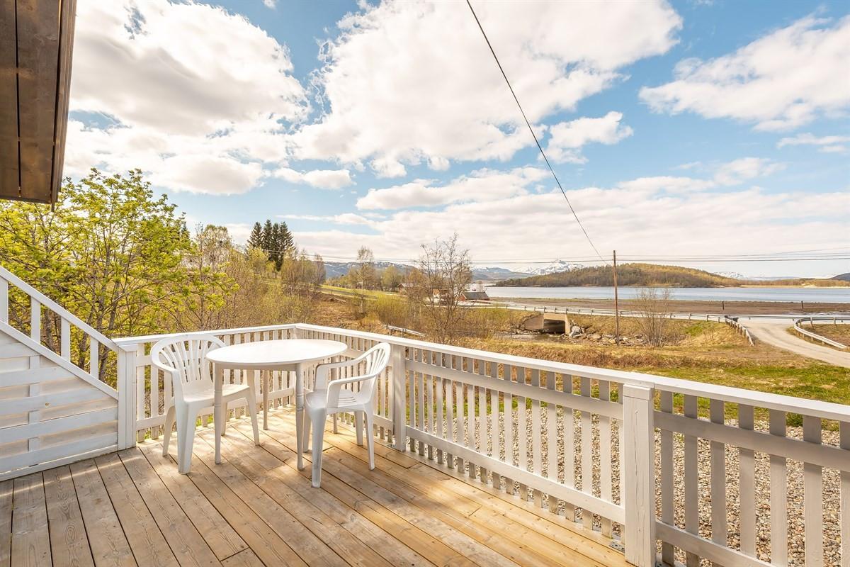 Stor veranda med utsikt mot Meisterøya og fjorden