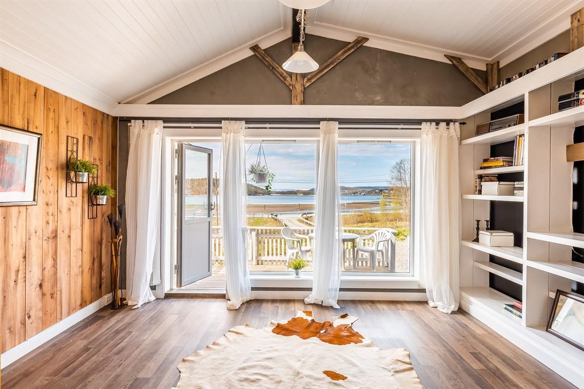 Fantastisk utsikt fra stua mot Meisterøya
