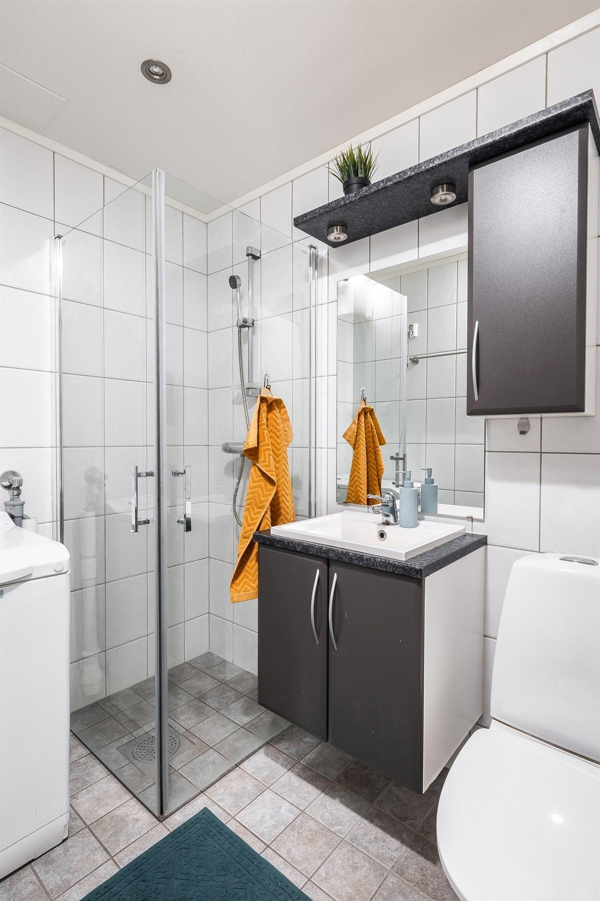 Komplett fliselagt bad med varme i gulv. Opplegg for vaskemaskin