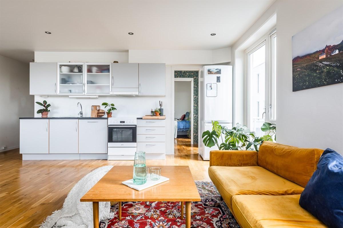 Praktisk løsning med kjøkken gir stor og god stue. Inngang til soverom til høyre. Inngangsparti til venstre