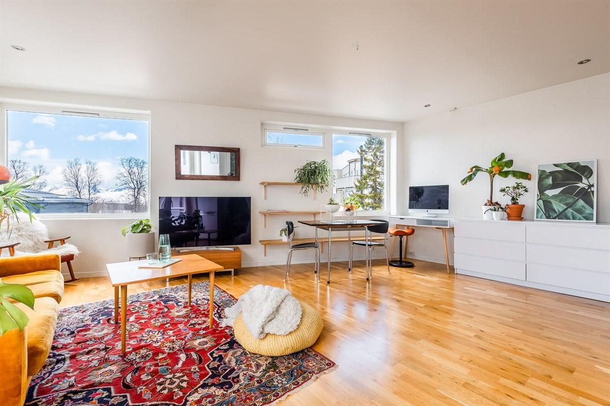 Lys og innbydende stue med plass til både romslig sofakrok, spisestue og kontorplass