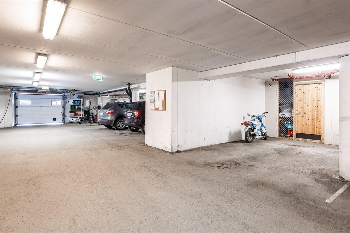 I garasjen er det parkering på fast plass. Herfra går man direkte opp i leiligheten