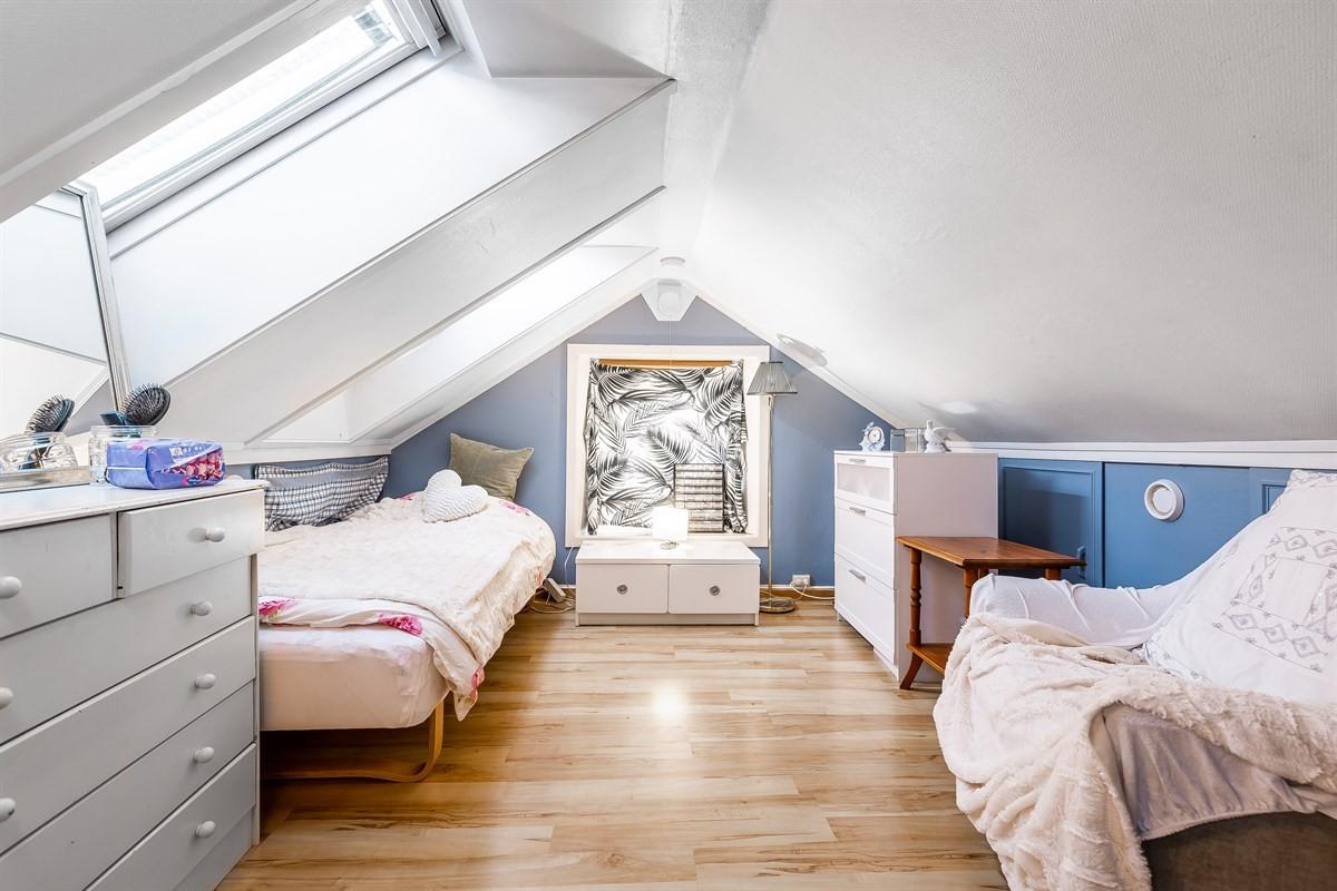 Soverom har skrående vinduer som gir godt med lys.