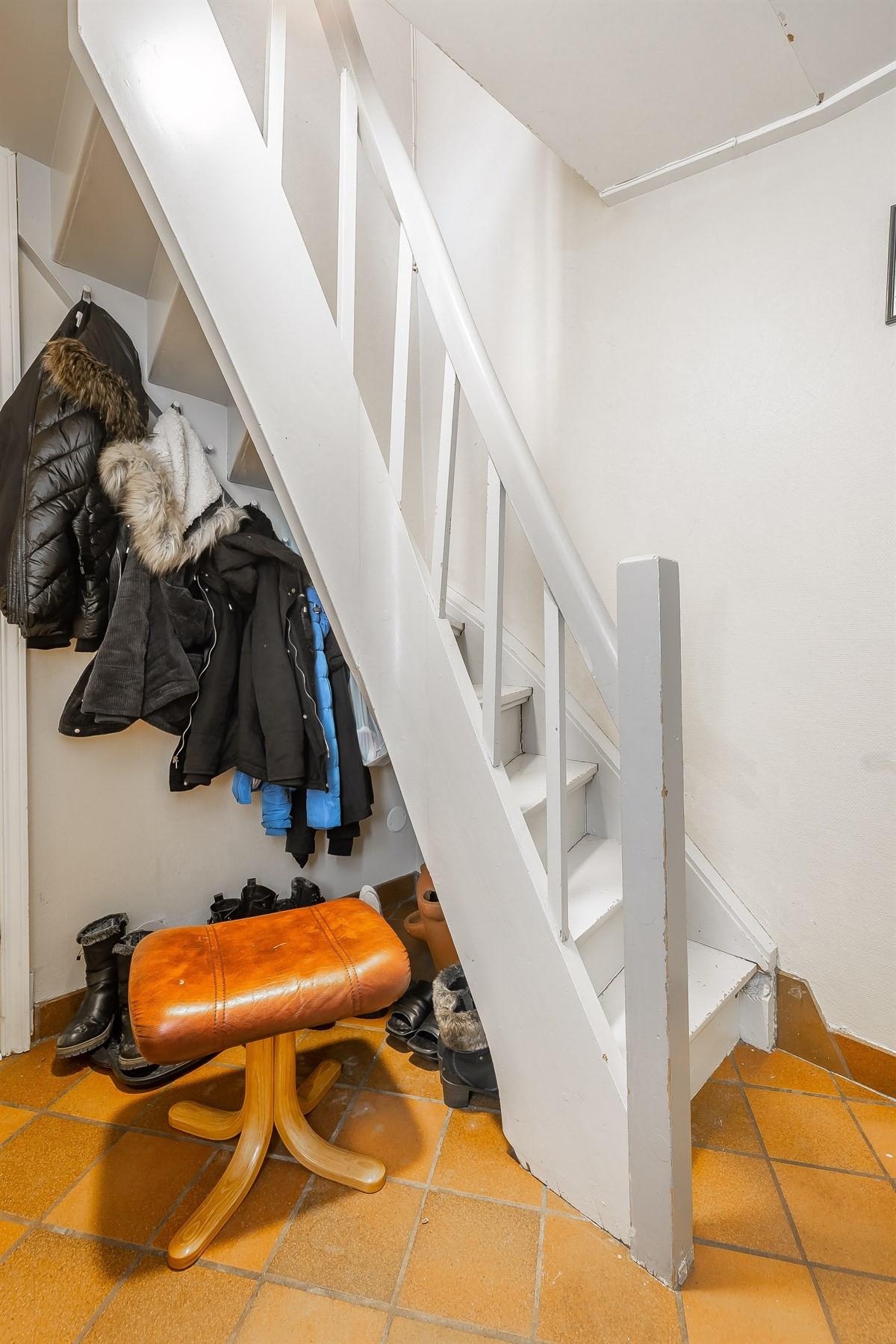 Leilighet 2. Inngangsparti med trapp. Bad til venstre