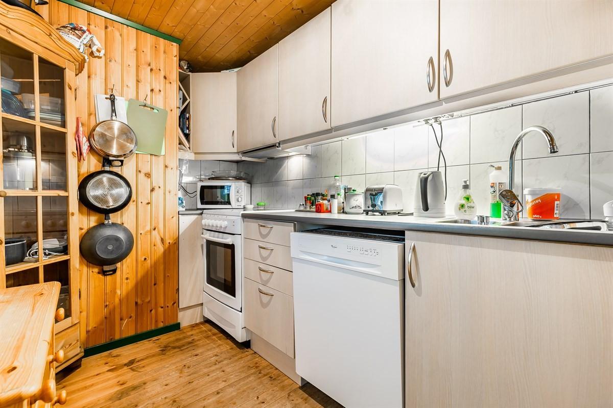 Kjøkken andre etajse. Fliser over benk og opplegg for oppvaskmaskin