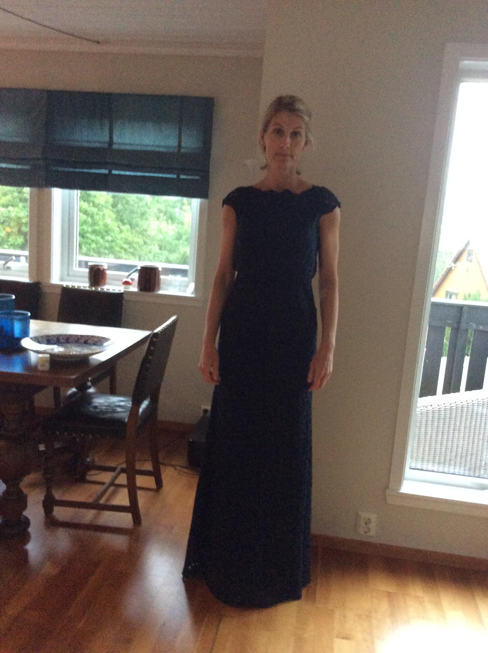 56310646 Lang By Malina mørkeblå kjole | FINN.no