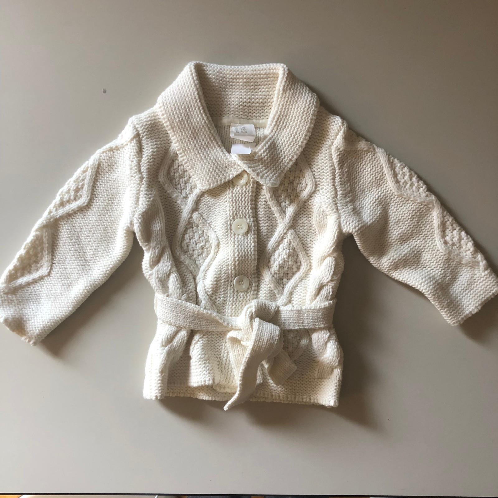 47f065d1 nydelig, hvit strikkejakke. str. 74 (6-9 måneder) 100kr (1/19)