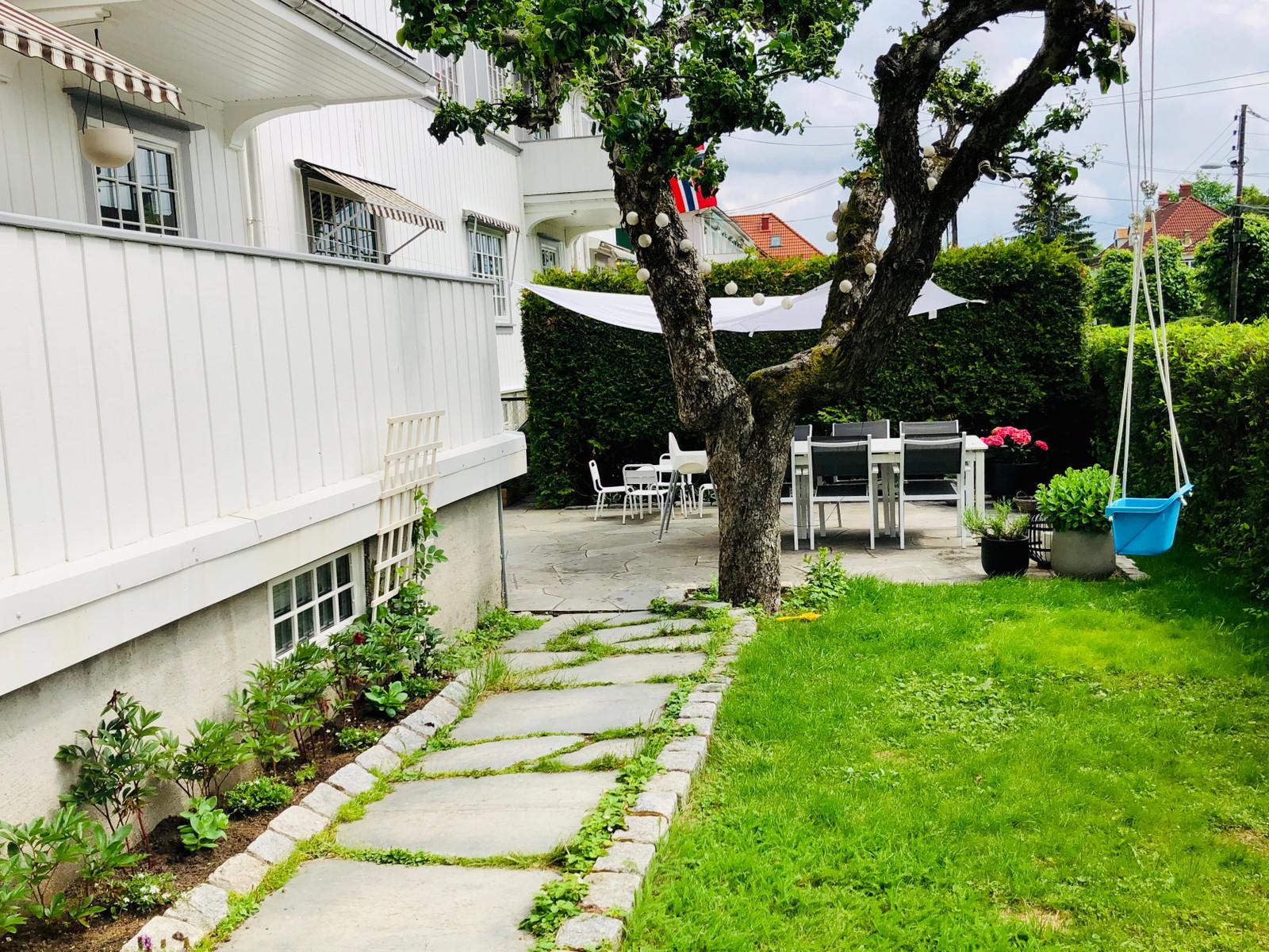 Solfylt og vestvendt hage med spiseplass til seks, og barnebord til fire
