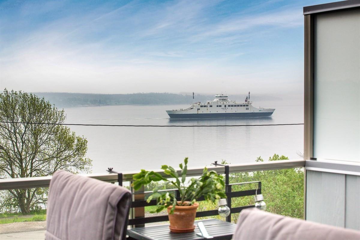 Fra terrassen og fra hagen er det flott utsikt mot Værlebukta.