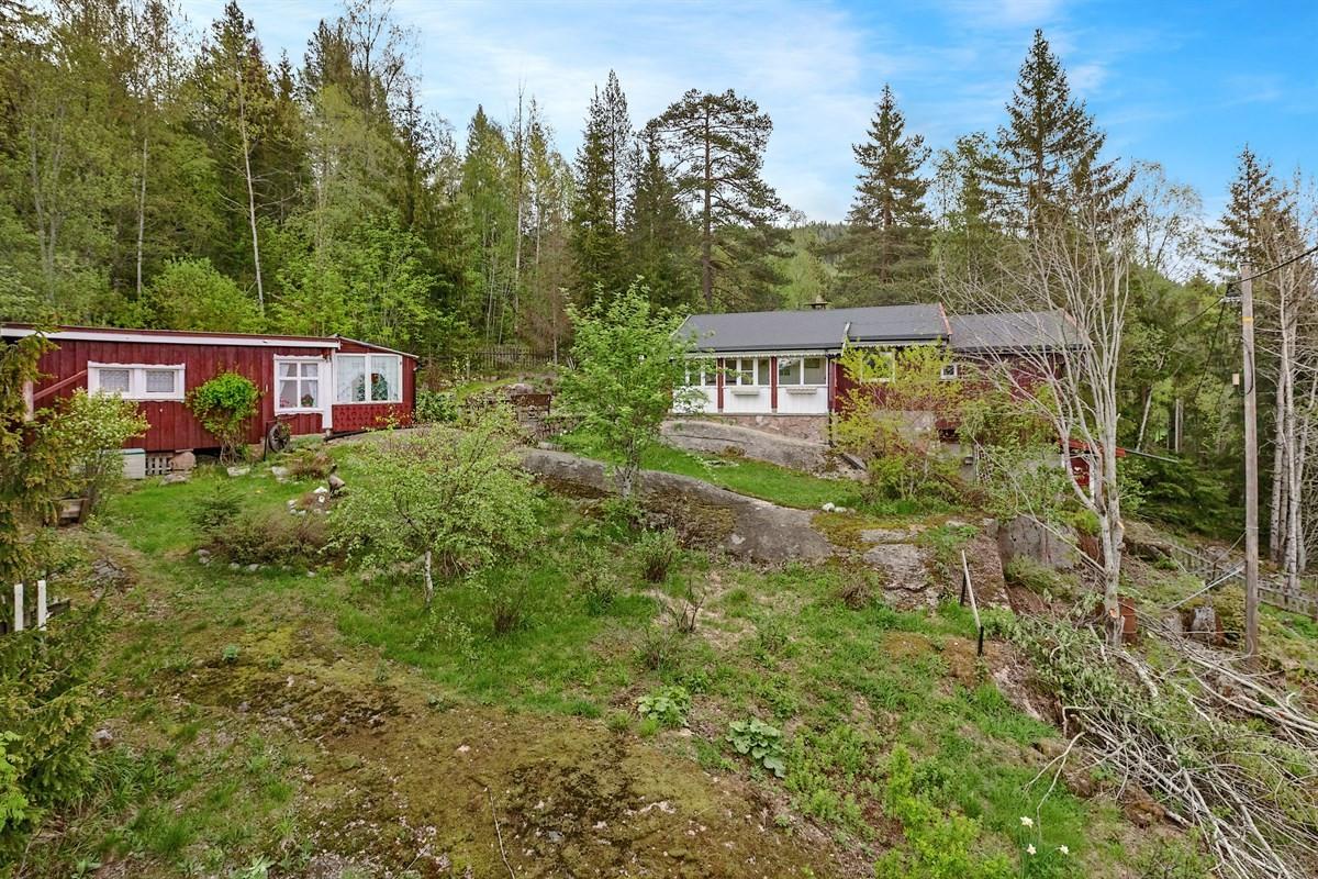 Hytta ligger solrikt til i et idyllisk skogsområde ca. 5 km nord for Harestua.