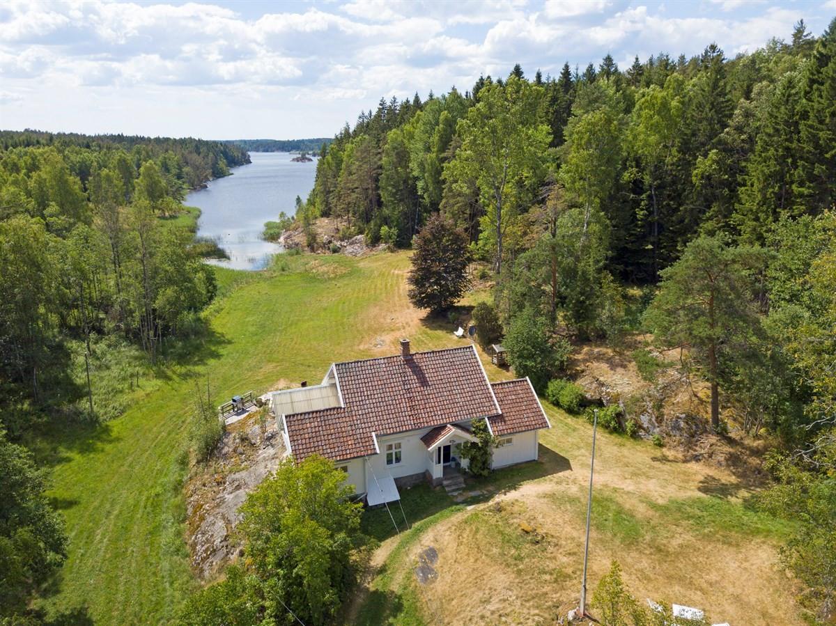 Det er med stor glede vi presenterer denne nydelige eiendommen ved Vansjø.