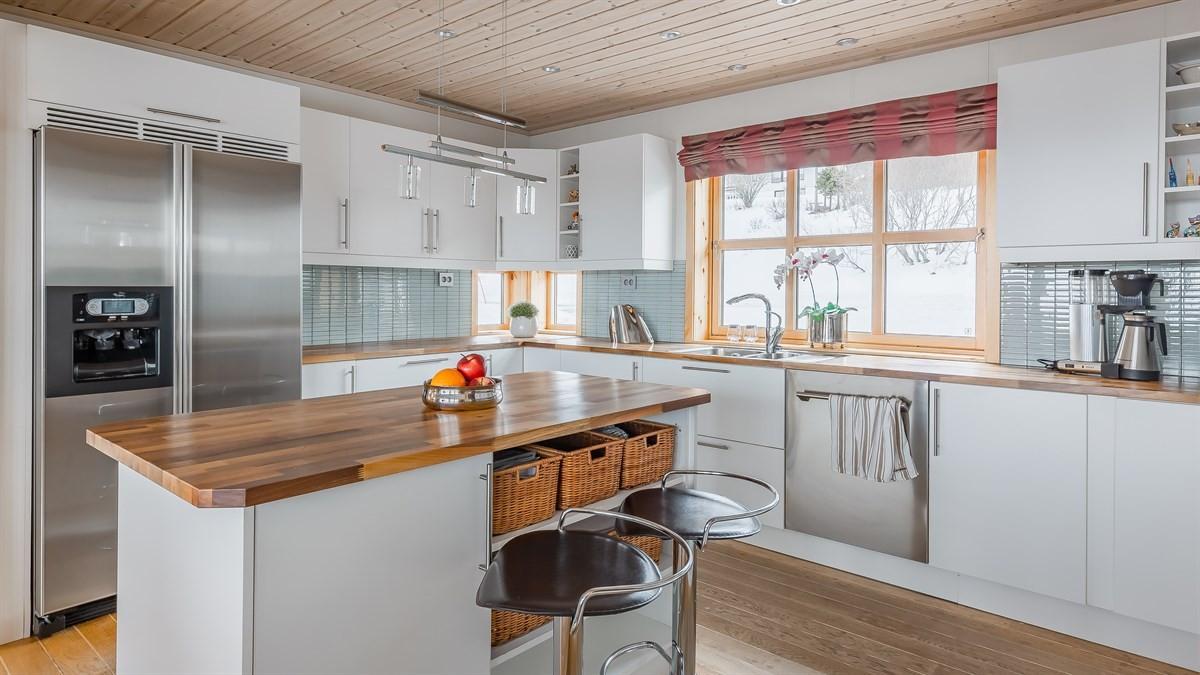 Stort kjøkken med praktisk kjøkkenøy.