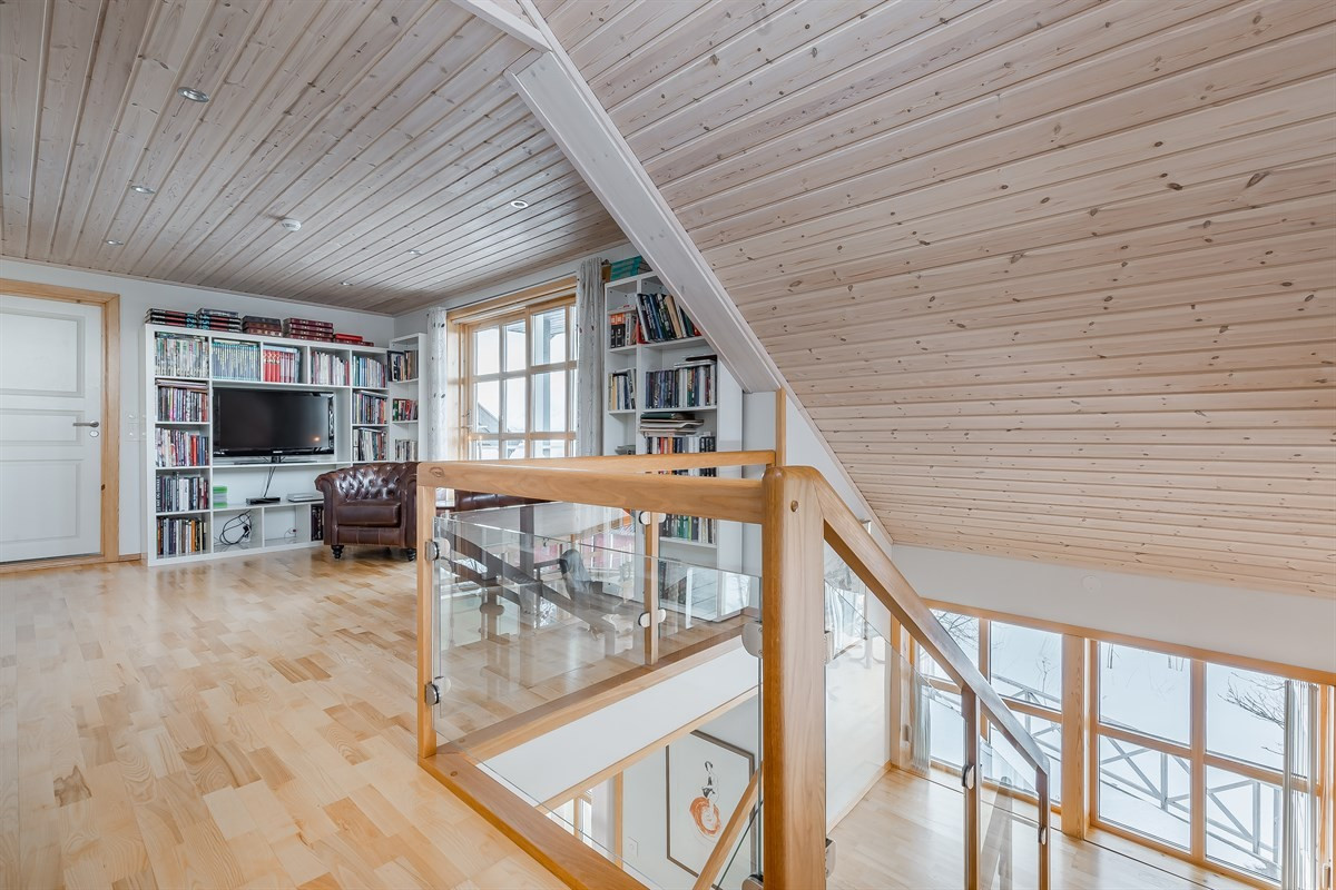 Bibliotek/loftstue med utgang til veranda.
