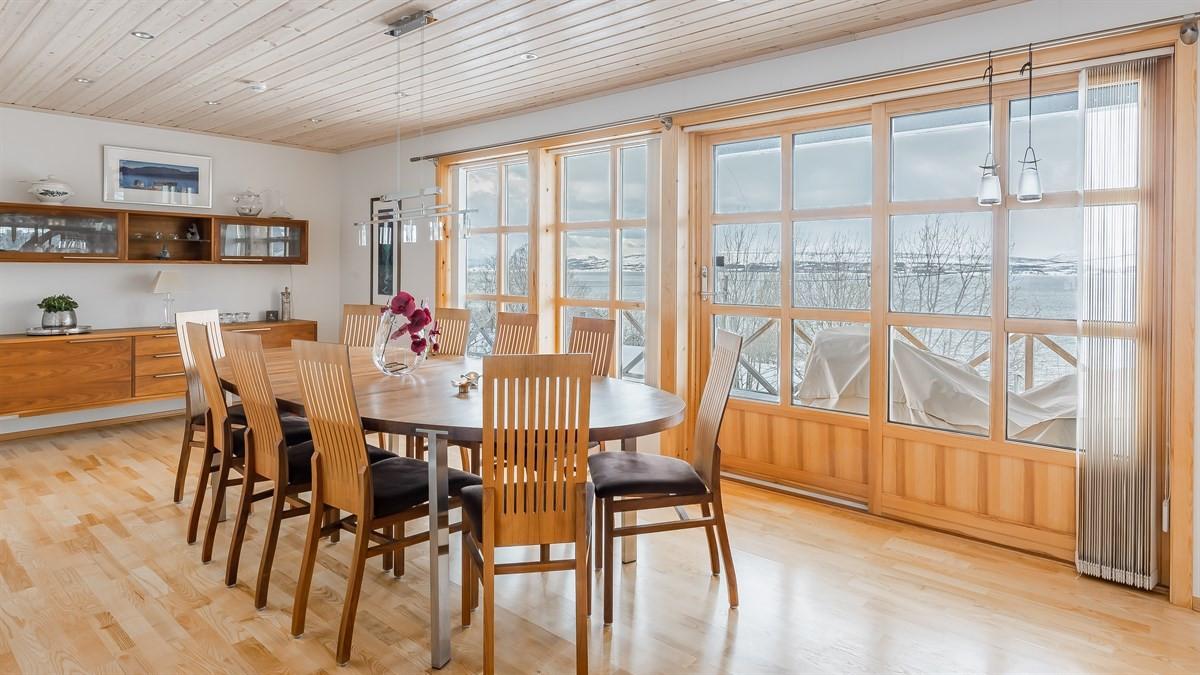 God plass til spisestuebord med flott utsikt og veranda
