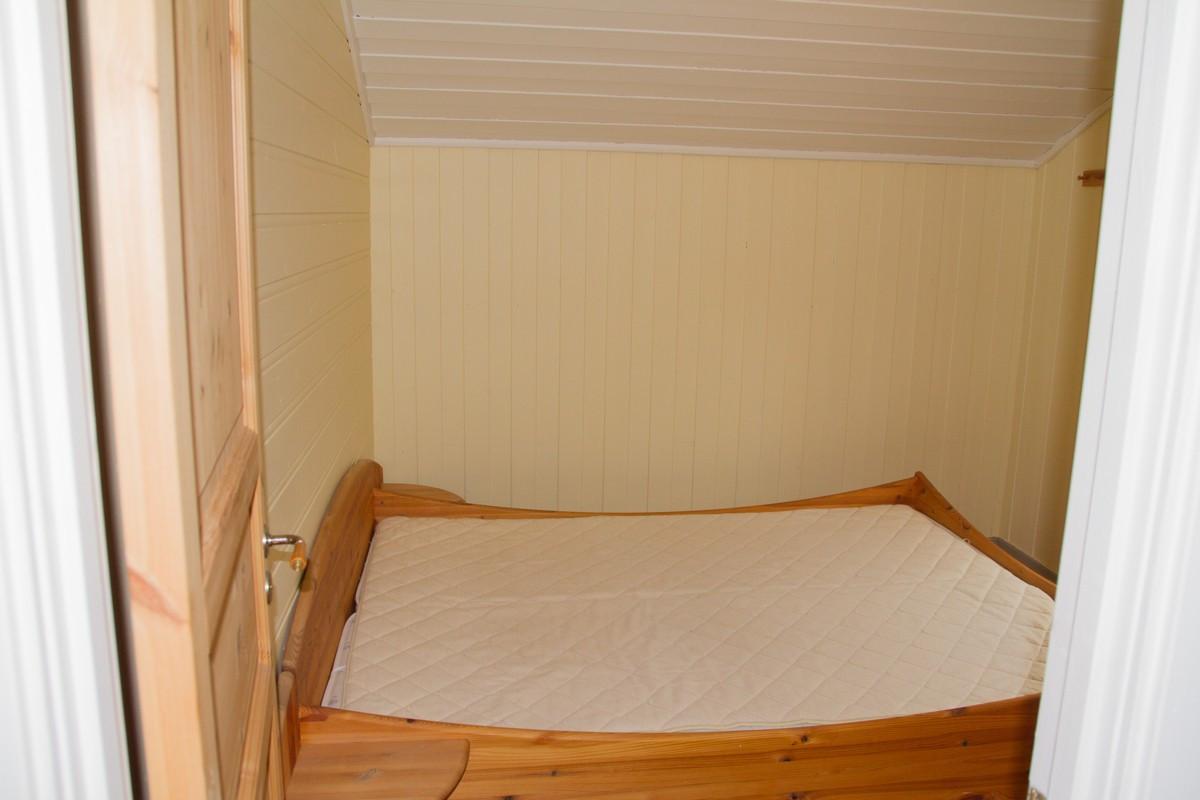 Boligen har to soverom og disse ligger på øverste plan.