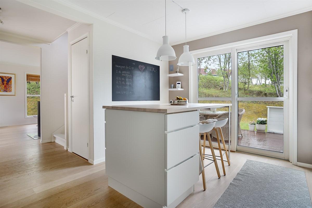 Praktisk øy på kjøkken som gir gode arbeidsplass og avlastning