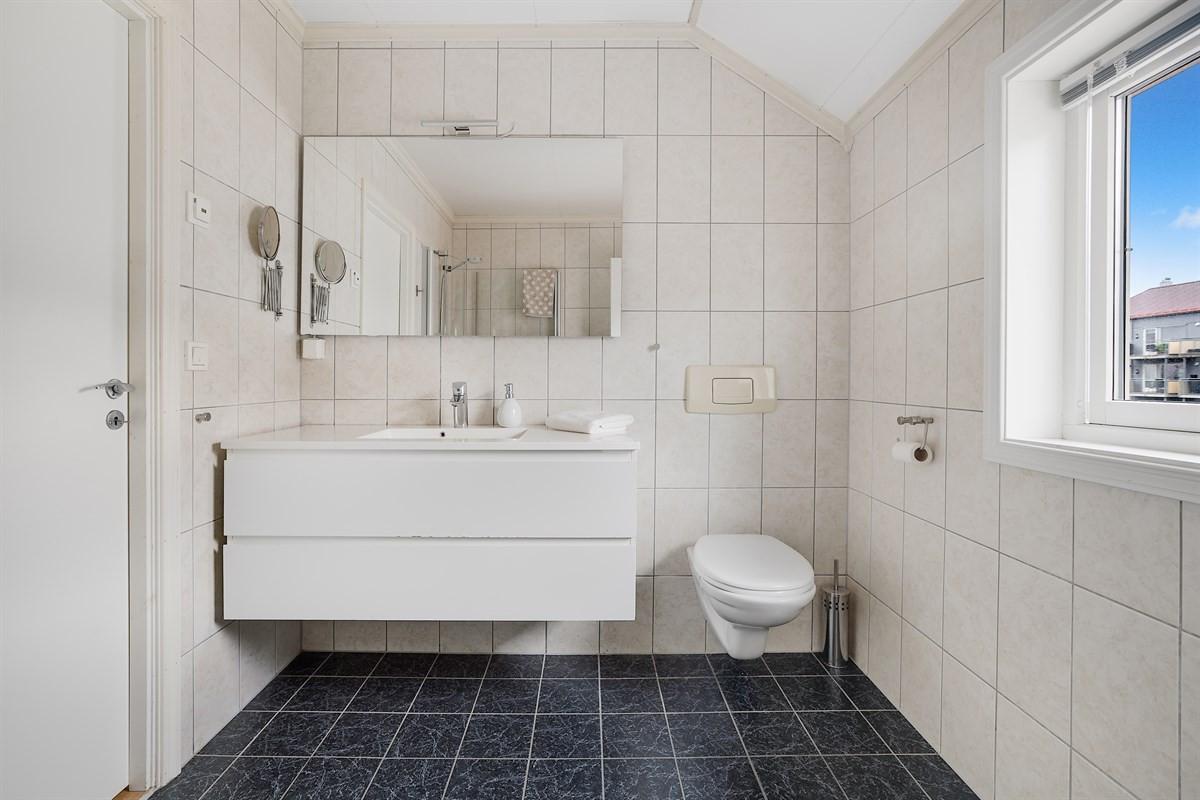 Baderom i 2. etasje med vegghengt wc, servant og dusj