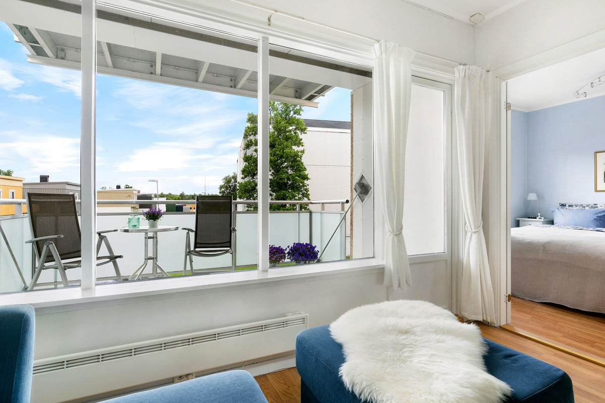 Fra stuen er det utgang til balkong med utsikt mot grøntområder sør for blokka