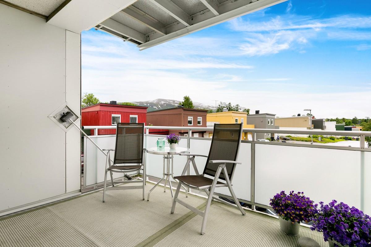 Stor sørvendt balkong - flott utsikt over fine fellesarealer fra Tromsdalstinden mot øst til Kvaløyfjellene mot vest