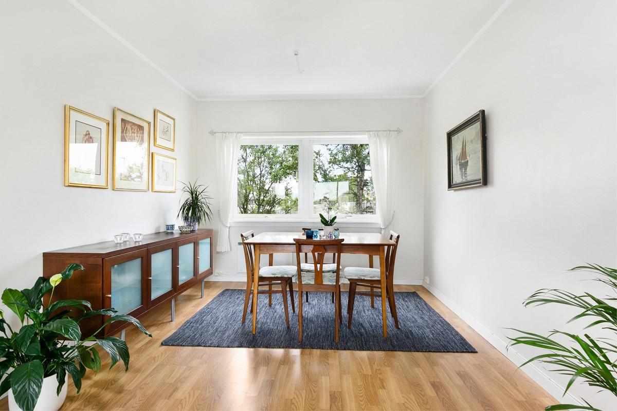God plass til spisebordsgruppe i stue