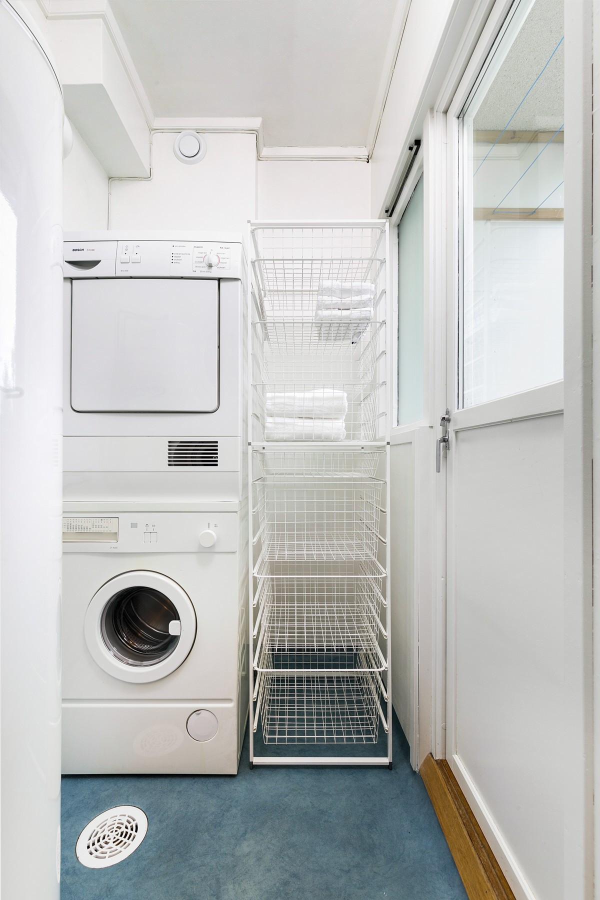 Eget vaskerom innenfor kjøkken med tilhørende luftebalkong mot nord