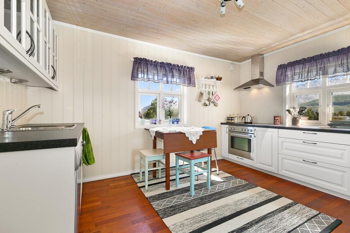 Godt med skap og benkeplass på kjøkken, samt plass til spiseareal