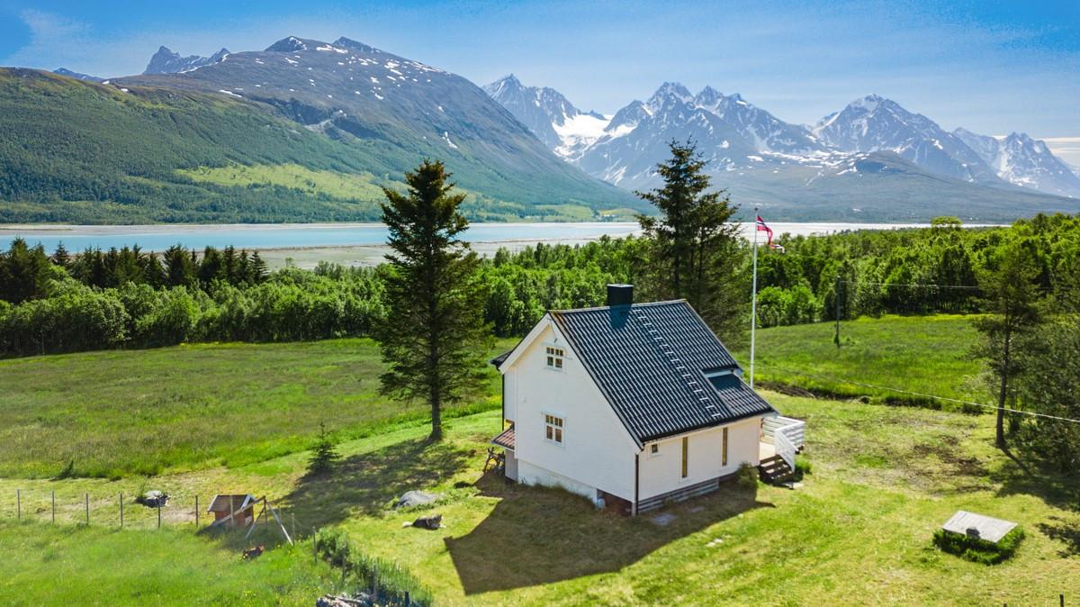 Eiendommen ligger idyllisk til med nydelig utsikt mot fjorden og Lyngsfjellene