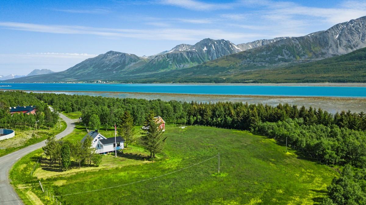 Ca. 40 km til kommunesenteret Lyngseidet. Relativt kort reiseavstand til Tromsø, med ca. 20 km til fergeleiet Svensby med ferge over Ullsfjorden til Breivikeidet