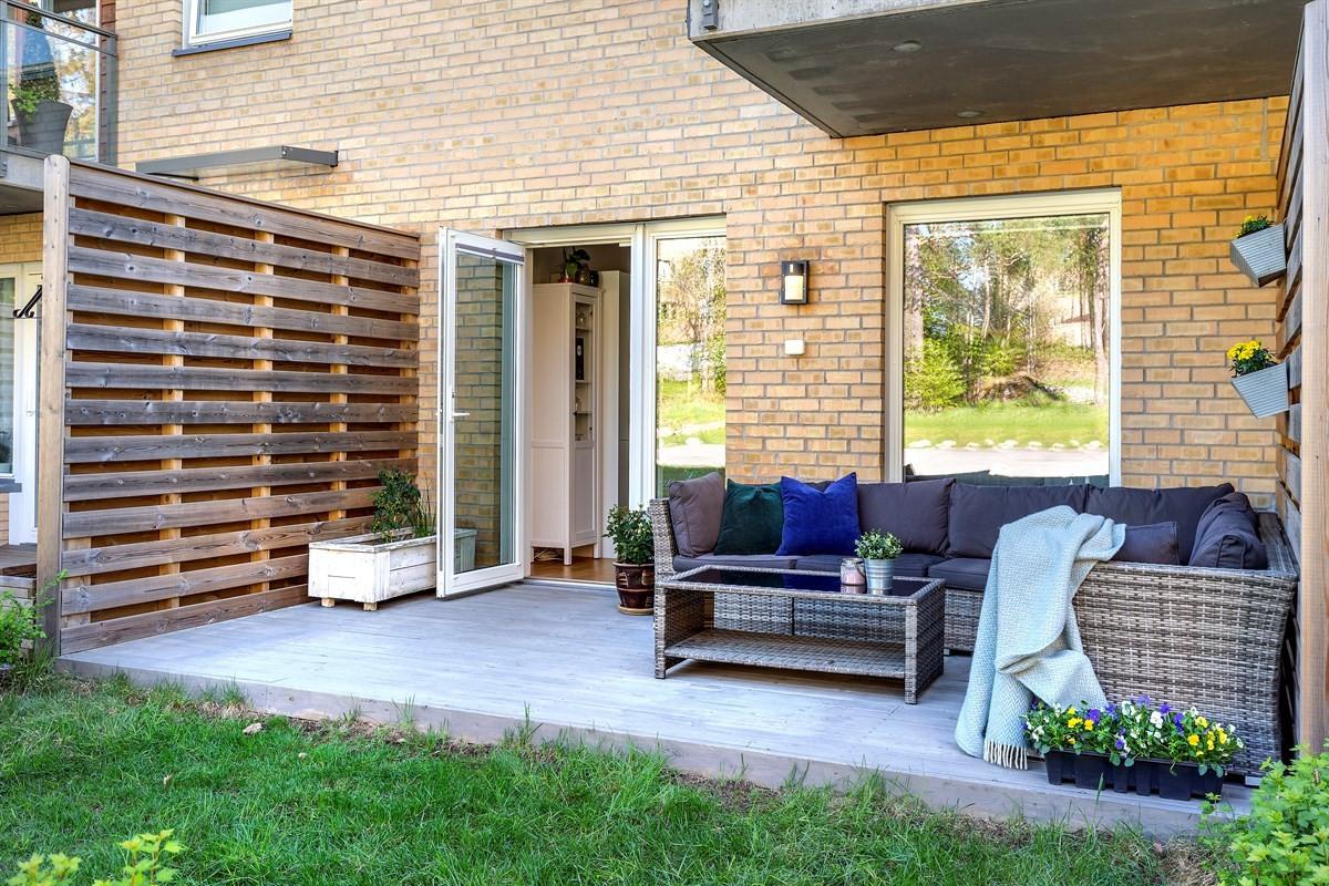 - Velkommen til Hellerudveien 69 F, som er en attraktiv og moderne 2-roms leilighet fra 2015 med to flotte uteplasser på totalt 26m² -