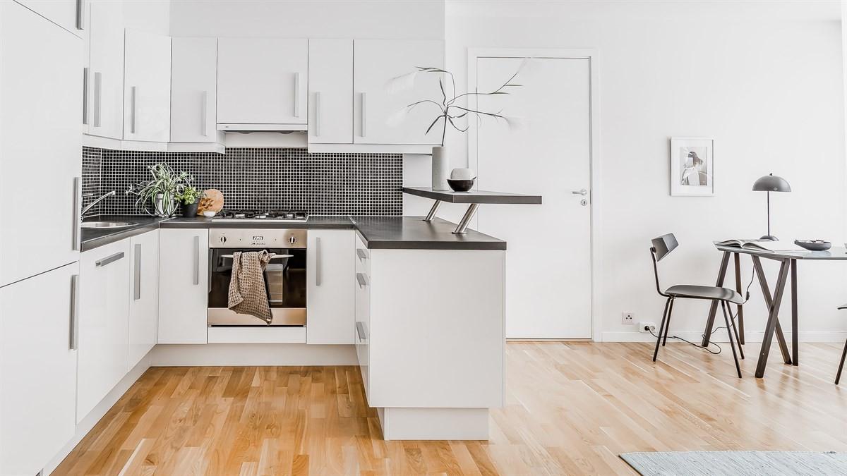 Stilrent kjøkken med smart benkeplate