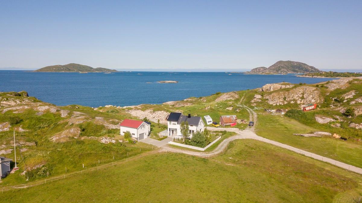 Gode lys- og solforhold, samt flott utsikt fra eiendommen mot Edøya, Hekkingen og storhavet