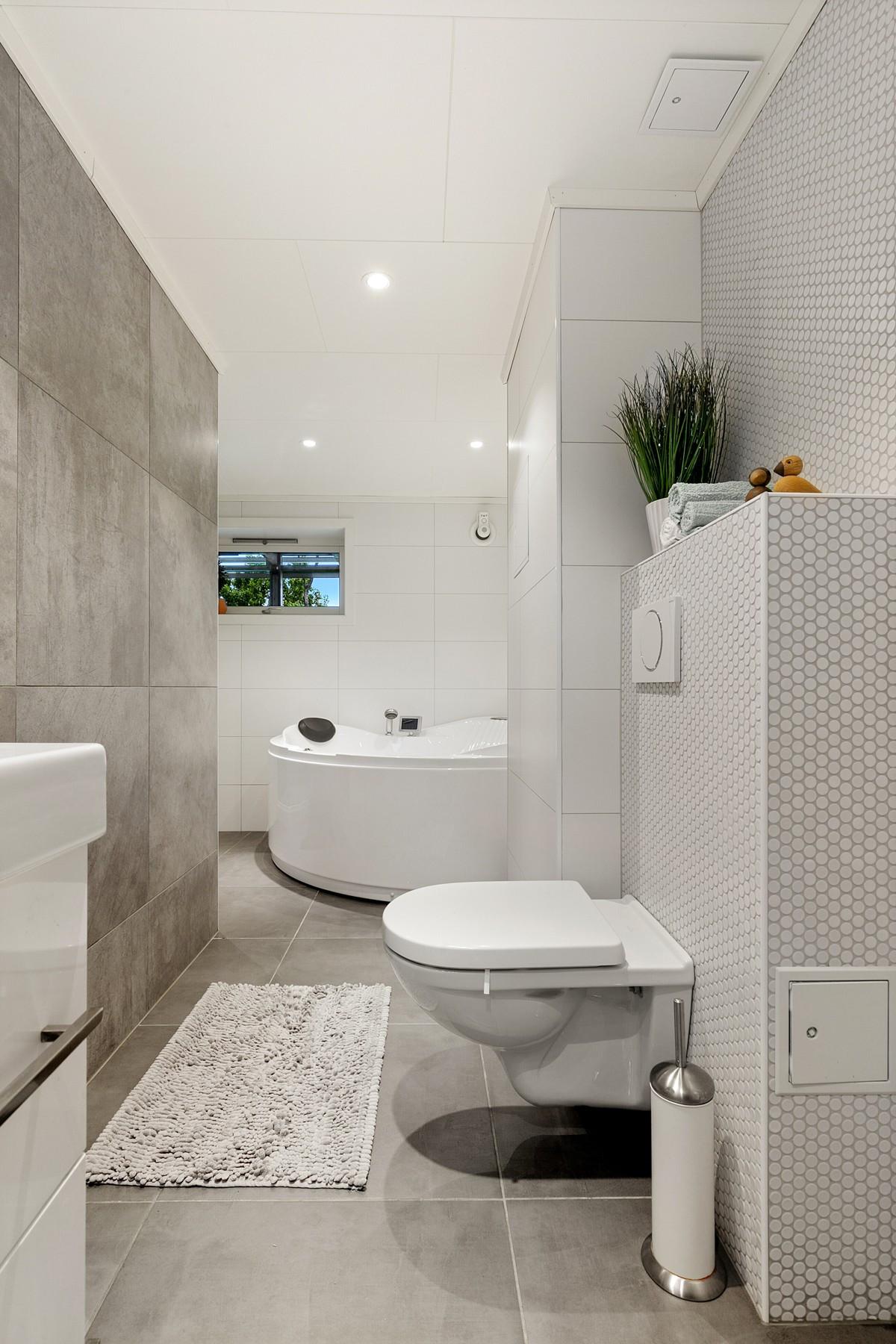 Bad er komplett fliselagt med varmekabler