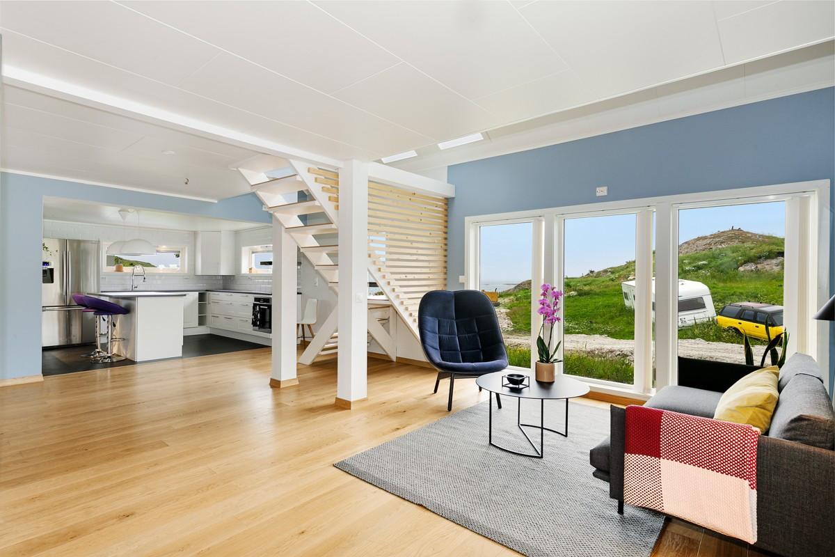 Lys, fin og romslig stue med god høyde i tak